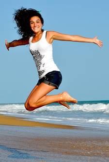 Een springende vrouw