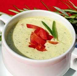 Soep dat gemaakt is van courgette