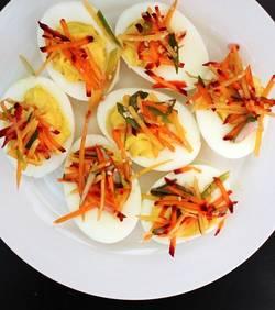 Gevulde eieren op ene wit bord