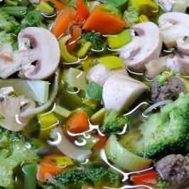 Heel veel groentesoep in een grote pan
