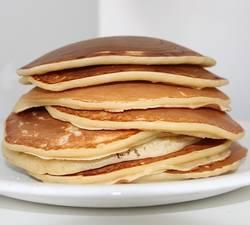 Veel havermout pannenkoeken op een stapel