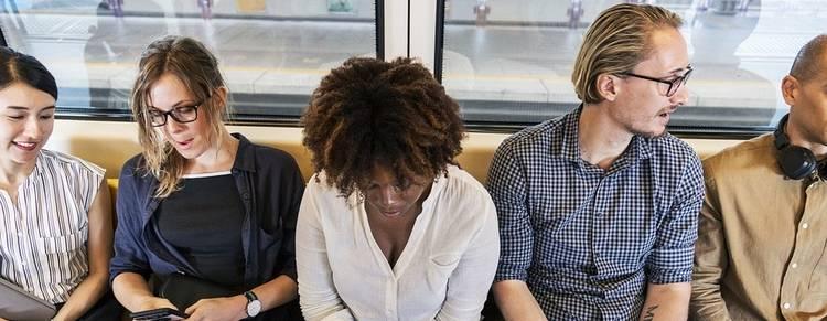 Mensen die in de trein zitten