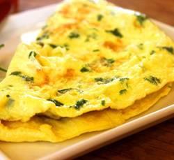 Een omelet met groenten op een wit bord
