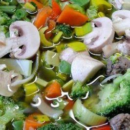 Heel veel groentesoep in een grote soeppan