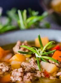 Een soepkom met koolhydraatarme groentesoep