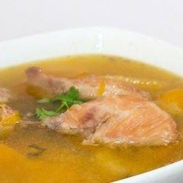 Kippensoep met kippenvlees in een witte soepkom
