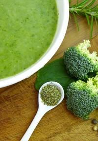 Een bord met groene koolhydraatarme broccolisoep