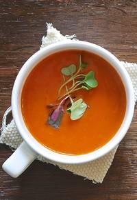 Rode koolhydraatarme soep in een witte soepkom