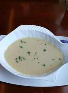 Witte soep in een witte soepkom
