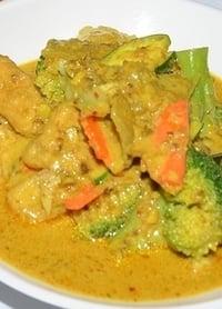 Een bord vol met koolhydraatarme kip curry