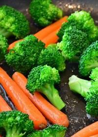 Wortelen en broccoli die samen in een pan liggen