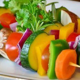 Een spies met allerlei verschillende soorten groenten er aan