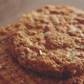 Twee koekjes die boven op elkaar liggen