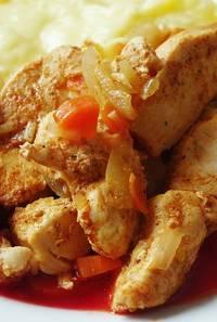 Gebakken kip wat op een wit bord ligt