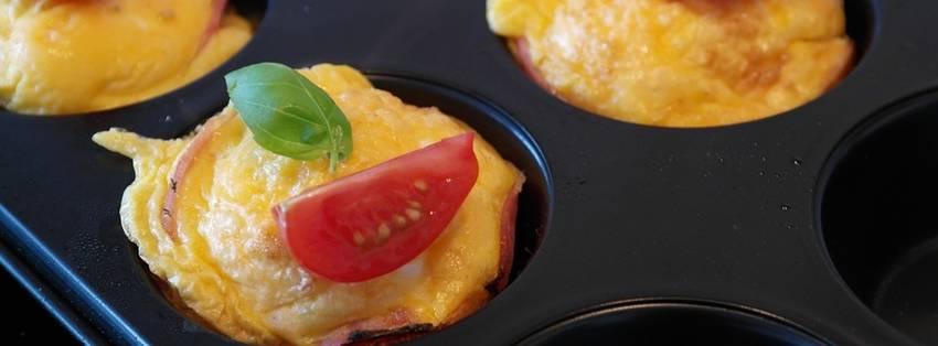 Een muffin die gemaakt is van ei en kaas met groenten